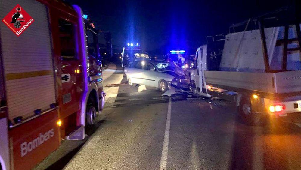 Colisión entre un coche y un camión en la A-31 en Monforte del Cid.