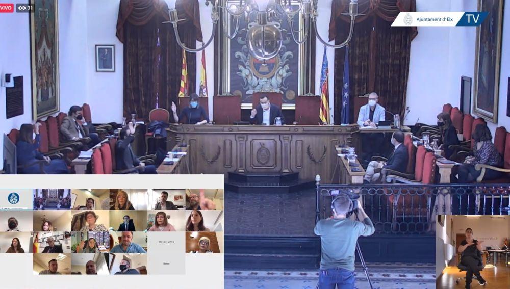 Votación en el Pleno municipal extraordinario del Ayuntamiento de Elche.