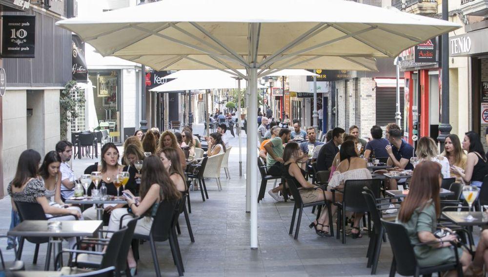 Una calle con veladores de bares y restaurantes