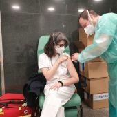 Profesionales sanitarios empiezan a recibir la segunda dosis de la vacuna