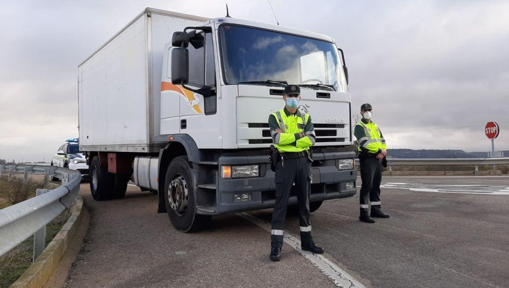 La Guardia Civil de Tráfico de Palencia prueba un camión para vigilar las distracciones al volante