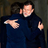 Abrazo entre Mariano Rajoy y Pablo Casado