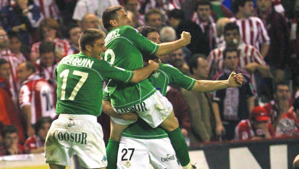 Joaquín celebra con Luis Fernández y Melli el pase a la final de 2005.
