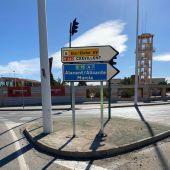Señalización de la ubicación de la estación del AVE de Elche en la salida a la Nacional 340.