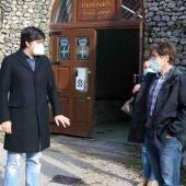 Consejero y alcalde junto al funicular de Bulnes