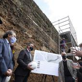 El alcalde de Sevilla, Juan Espadas, durante una visita a las obras que se están desarrollando en la muralla