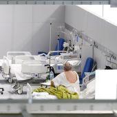 Un paciente en una de las salas habilitadas del Hospital Isabel Zendal de Madrid