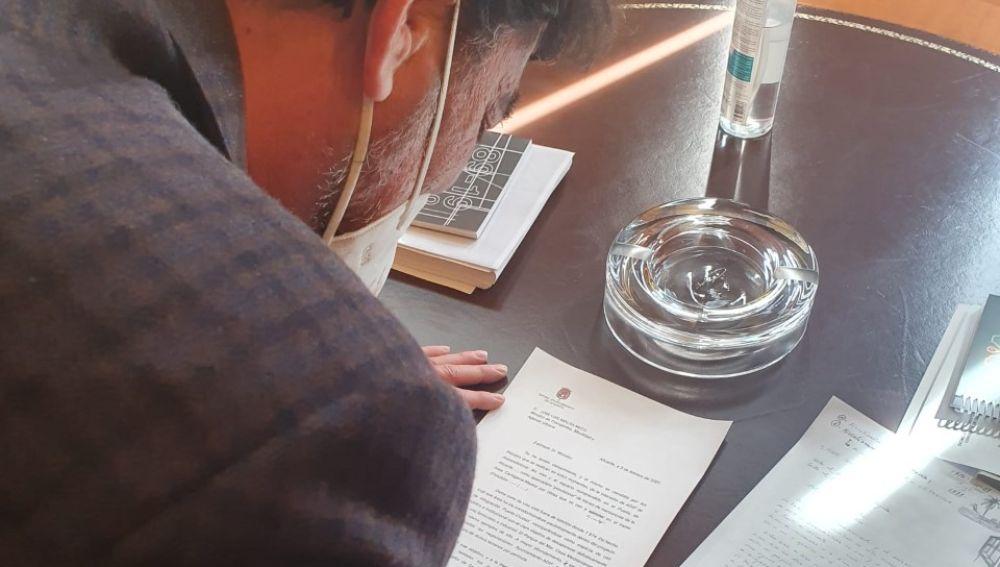 Luis Barcala rubrica las cartas