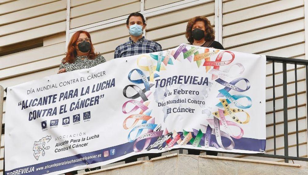 En la mañana de hoy el alcalde, Eduardo Dolón, la concejal de Ong´s y Voluntariado, Concha Sala, y la presidenta de la asamblea local de la Asociación Alicante para la lucha contra el cáncer