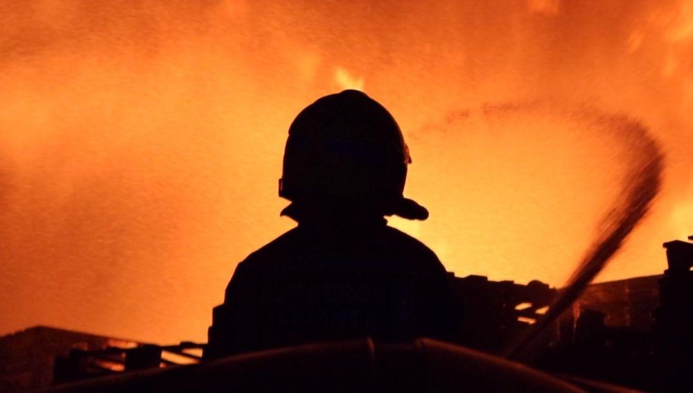 Los bomberos intervienen en el incendio