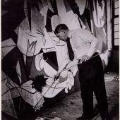 Pablo Picasso de pie trabajando en Guernica en su taller de los Grands-Augustins, mayo-junio 1937 Foto: Dora Maar. Museo Nacional Centro de Arte Reina Sofía, Madrid.