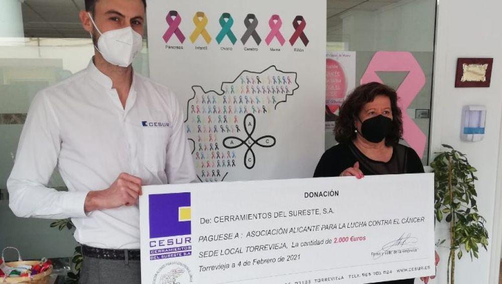 En un sencillo acto, representantes de la empresa entregaron su donativo a miembros de la entidad, el día 4 de febrero, coincidiendo con la celebración del Día Mundial contra el Cáncer