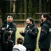 Jasmín Unger entrenadora de defensa del equipo femenino de Hurricanes en un entrenamiento