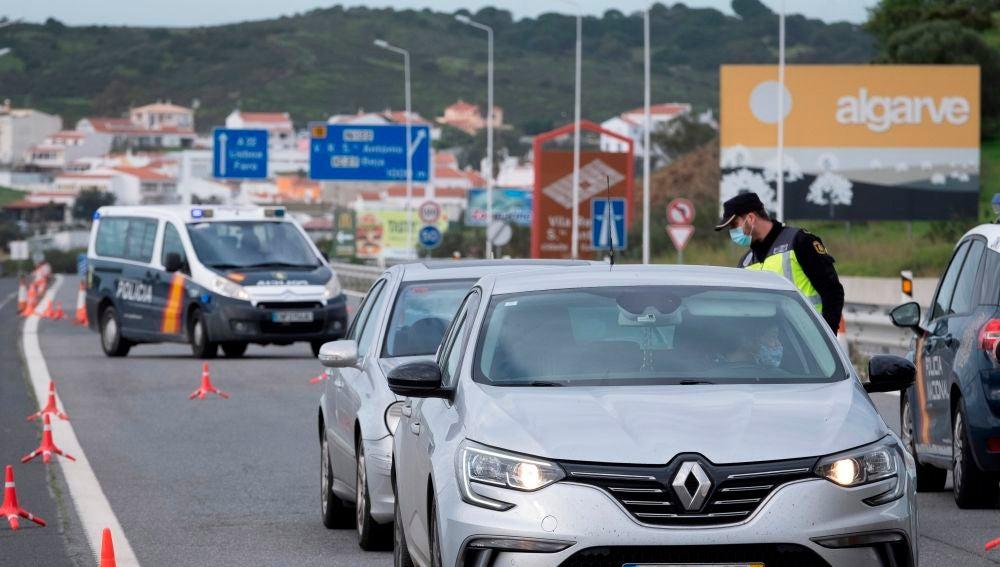 Un agente de la Policía Nacional comprueba el documento de movilidad de un ciudadano.