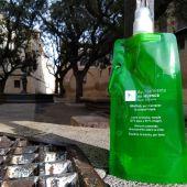 Medio Ambiente reparte estas botellas para la limpiar los orines de los animales
