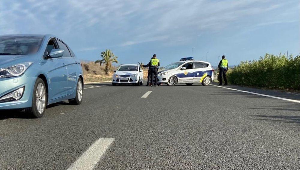 Control de la Policía Local de Elche durante el cierre perimetral con motivo de la covid-19.