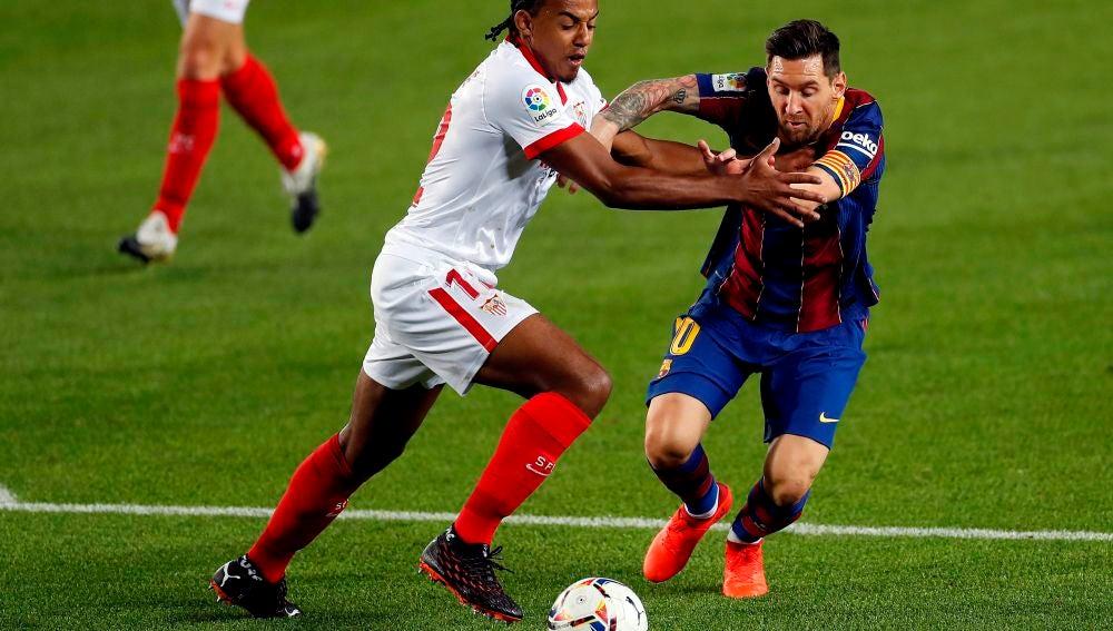 Jules Koundé y Leo Messi pelean por un balón en un Barça-Sevilla.