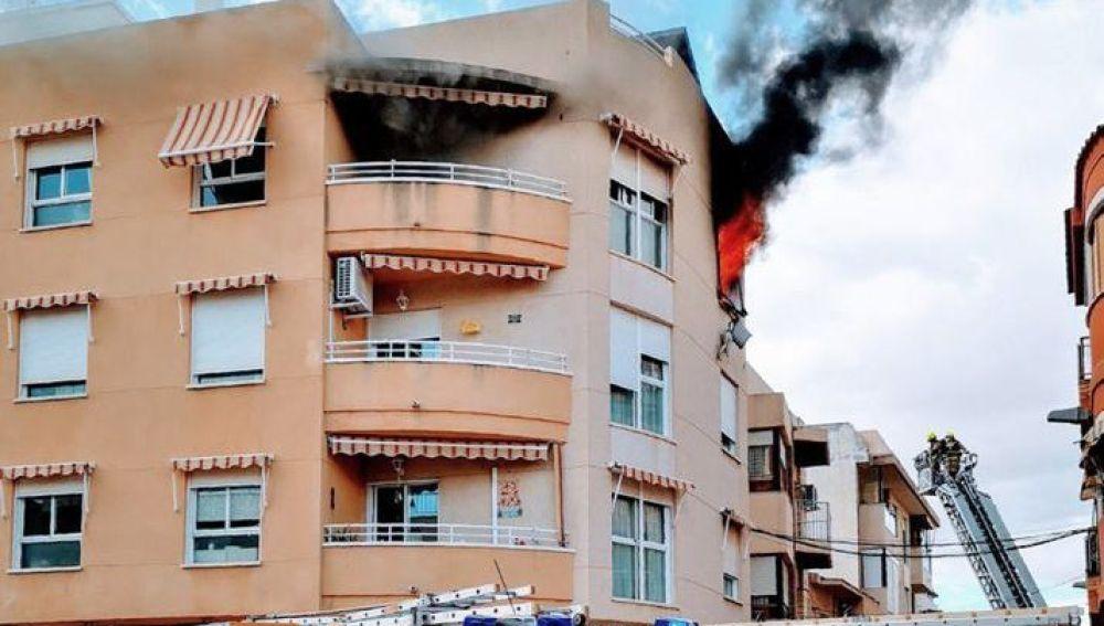 Las llamas salen por la ventana