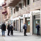 Varias personas hacen cola en una oficina de Correos de Barcelona