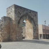 El histórico Arco del Torreón se asienta sobre el borde de un maar volcánico