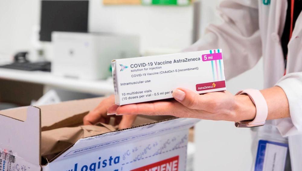 Caja con dosis de la vacuna de AstraZeneca contra el coronavirus.