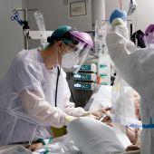 Médicos de UCI atienden a un paciente (archivo)