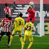 El portero del Villarreal Sergio Asenjo  despeja un balón cabeceado por Íñigo Martínez del Athletic
