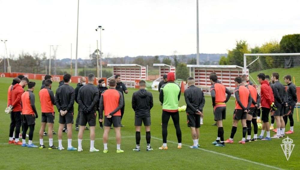 La plantilla del Sporting en un entrenamiento