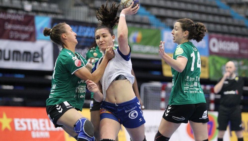 Ivet Musons y María Flores, en una acción defensiva en el partido entre el Club Balonmano Elche y el KH-7 Granollers.