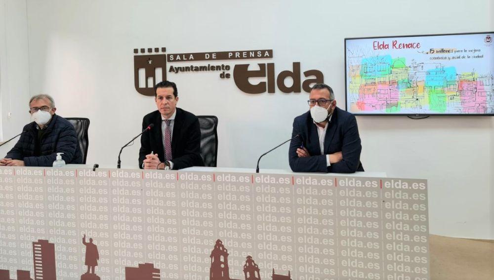 En el centro, el alcalde de Elda, Rubén Afaro, en la presentación del plan de inversiones.
