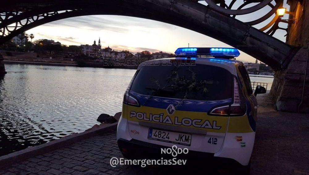 Vehículo de la Policía Local bajo el Puente de Triana