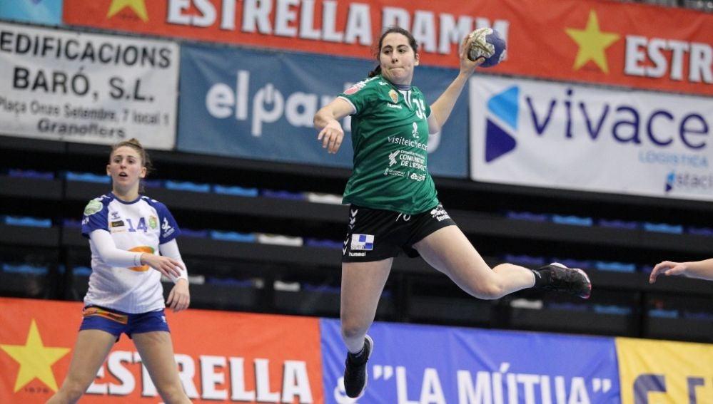Clara Gascó ejecuta un lanzamiento a portería en el partido del Club Balonmano Elche ante el KH-7 Granollers.