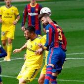Los jugadores del Barça y del Cádiz se disputan un balón