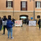 Una treintena de alumnos de la UIB se concentra ante el rectorado para pedir la absolución de Pablo Hasél