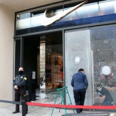 Els comerciants del Passeig de Gràcia encara estan reparant els danys causats pels aldarulls.