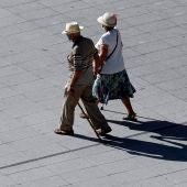 Pensionistas pasean por la ciudad de Bilbao.