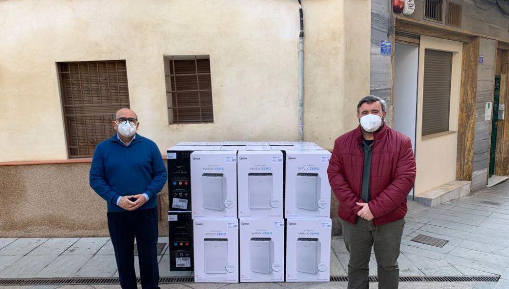 El alcalde de Crevillent y el concejal de Educación junto a los purificadores de aire adquiridos.