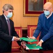 Firma del convenio entre el Rector de la Universidad de León y el alcalde.