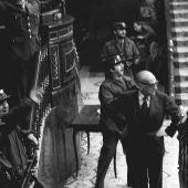 Gutiérrez Mellado se enfrenta a un grupo de guardias civiles en el momento en que irrumpe Antonio Tejero.