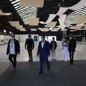 El alcalde Benlloch junto a responsable de La Plana durante la visita al Centro de Congresos.