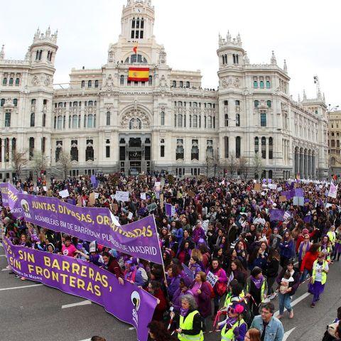 Manifestación por el Día de la Mujer a su paso por Cibeles en 2020