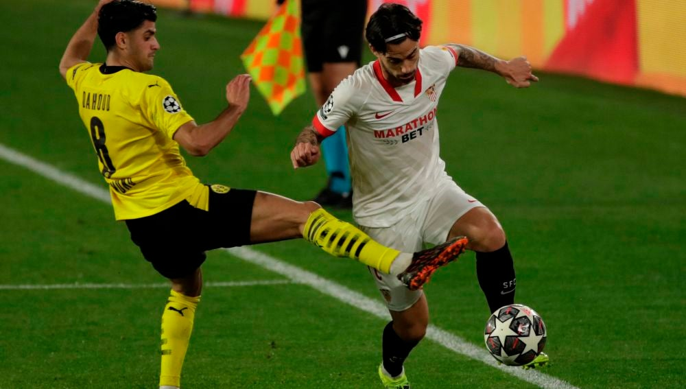 Suso pelea un balón con el centrocampista del Borussia Dortmund Mahmoud Dahoud.
