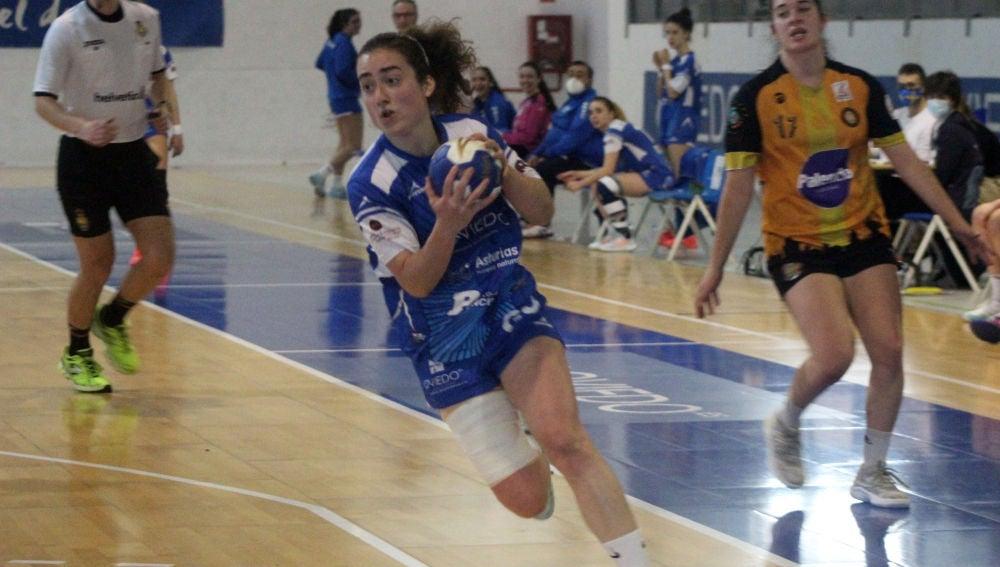 Carmen García Calvo, jugadora del Oviedo femenino de balonmano
