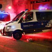 Los manifestantes atacan la comisaría de La Rambla con cócteles molotov durante la marcha para pedir la libertad de Pablo Hasel