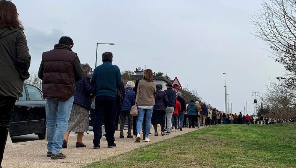 Largas colas en Sevilla para vacunarse contra la covid-19