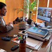 Luis Barcala en una reunión telemática (archivo)