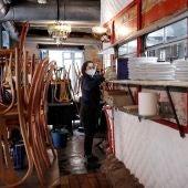 Imagen de una mujer realizando tareas de limpieza en un restaurante de Valencia