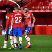 Los jugadores del Granada celebran su segundo gol ante el Elche