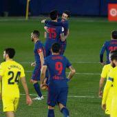 El defensa montenegrino del Atlético de Madrid Stefan Savic (fondo) celebra su gol, primero del equipo ante el Villarreal
