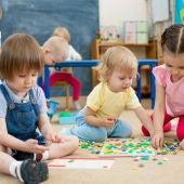 Niños jugando en una escuela infantil